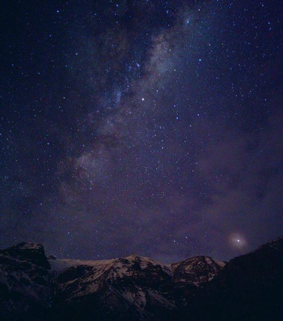 FOTO GANADORA EN CATEGORÍA PAISAJES - Fotografía de cielo nocturno estrellado. De fondo se encuentra la cordillera de los Andes
