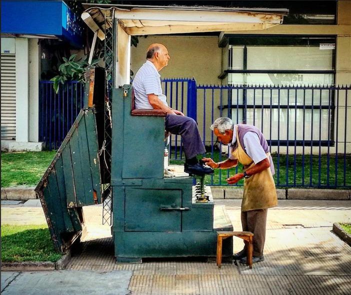FOTO GANADORA EN CATEGORÍA OFICIOS POPULARES - Fotografía de lustrador de zapatos ejerciendo su oficio